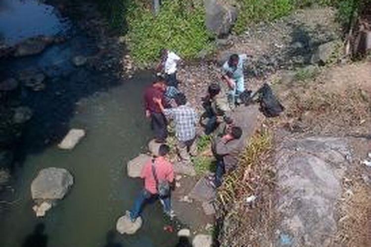 Aktivis lingkungan dari Organisasi Pelestari Sungai (Opsi) melihat pencemaran Sungai Klampok dibelakang pabrik PT Sidomuncul, Diwak, Pringapus, Rabu (22/10/2014) siang.