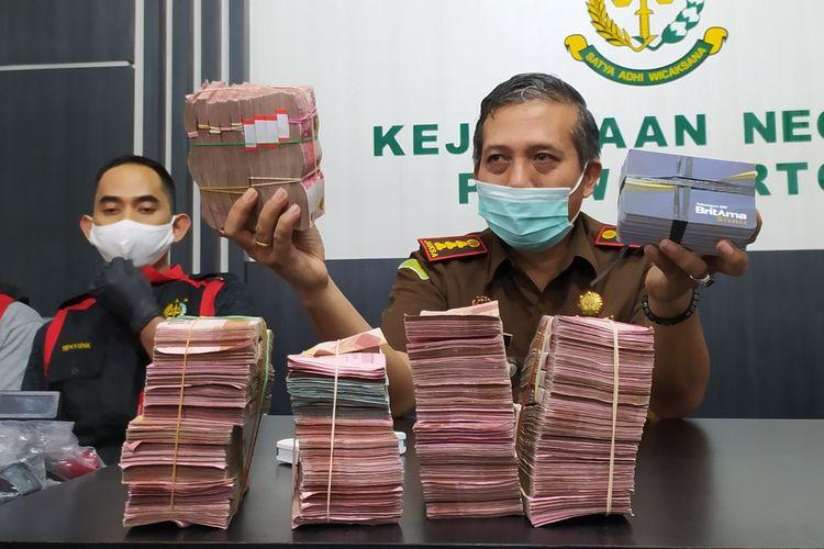 Kajari Purwokerto Sunarwan menunjukkan barang bukti uang diduga hasil korupsi dana jaring pengaman sosial Covid-19 sebanyak Rp 470 juta di Kantor Kejari Purwokerto, Kabupaten Banyumas, Jawa Tengah, Selasa (9/3/2021) malam.