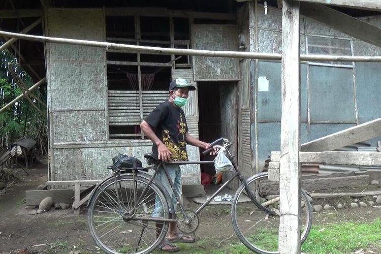 Nasir (53), petani miskin di Kabupaten Gowa, Sulawesi Selatan yang telah bertahun tahy merawat isterinya yang sakit di gubuknya yang reot. Rabu, (6/5/2020).(KOMPAS.COM/ABDUL HAQ YAHYA MAULANA T.)