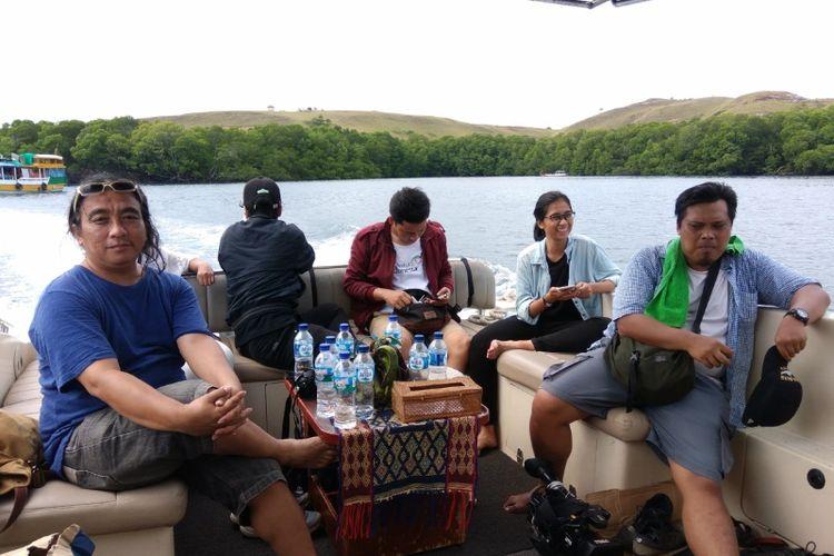 Wisatawan di ruang berkumpul kapal yacht milik Plataran Komodo Resort & Spa.