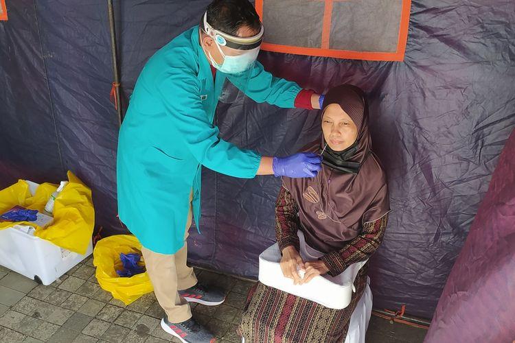 Tes antigen gratis di Alun-alun Purwokerto, Kabupaten Banyumas, Jawa Tengah, Jumat (20/8/2021).