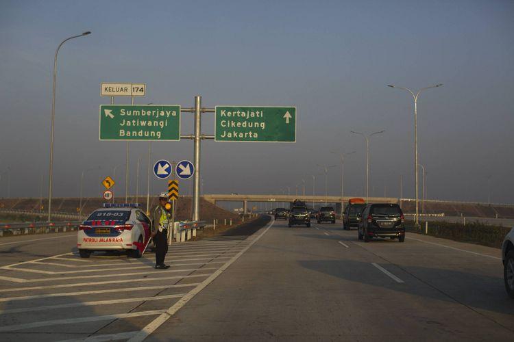 Polisi berjaga di tol Cipali, Sabtu (25/7). Tol tersebut menghubungkan dua tol sebelumnya, yakni Jakarta-Cikampek dan Palimanan-Kanci, dengan total jarak sepanjang 116,7 kilometer.  Kompas/Agus Susanto (AGS) 25-07-2015