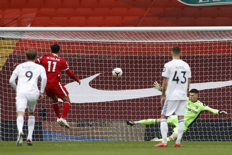 Mohamed Salah (kedua dari kiri) mencetak gol pembuka pada laga Liverpool vs Leeds United di Stadion Anfield, Sabtu (12/9/2020).