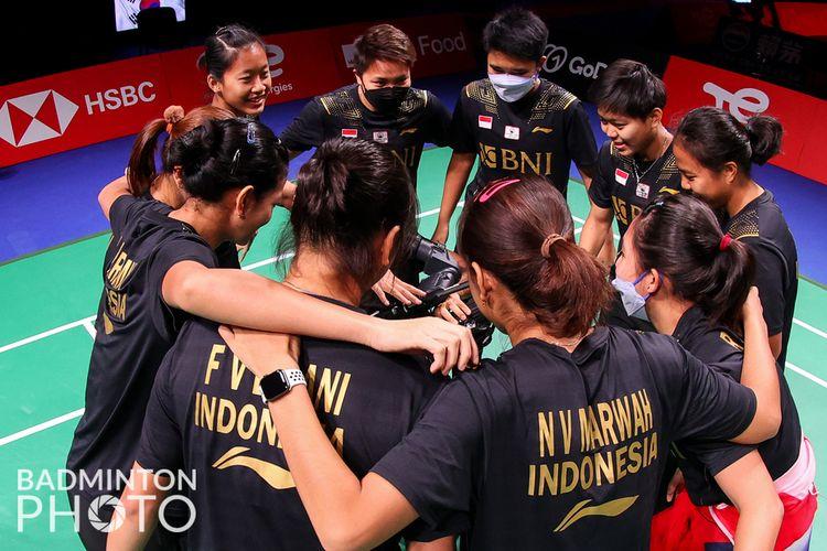 Tim Piala Uber Indonesia saat akan memulai laga melawan Perancis pada laga kedua Grup A Piala Uber 2020. Saat ini, Indonesia unggul 2-0 atas Perancis setelah tunggal Putri Kusuma Wardani atau Putri KW mengalahkan Leonice Huet dalam dua gim langsung, Senin (11/10/2021).