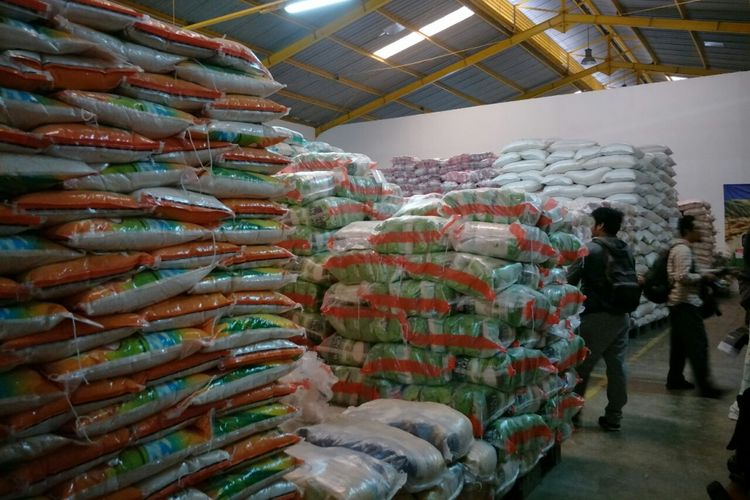 Tumpukan beras untuk memenuhi kebutuhan warga selama bulan puasa dan lebaran di Gudang Beras Cipinang, Rabu (16/5/2018).