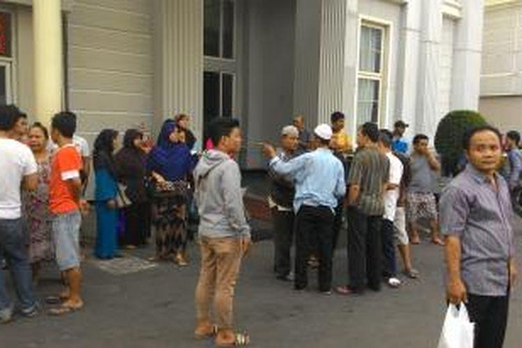 Keluarga korban menyambangi Jakarta Medical Center (JMC) untuk menunggu jenazah Lilis dan Aldo, korban tewas kecelakaan di Jalan Buncit Raya, Jakarta Selatan, Rabu (16/9/2015).