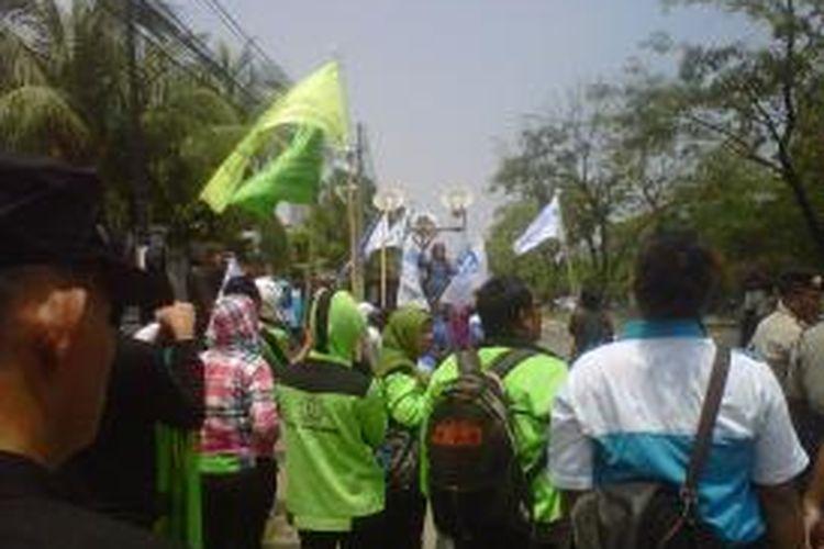 Para buruh tetap melakukan aksi demo di depan Pengadilan Negeri Jaklarta Utara, meskipun sudah dilarang majelis hakim untuk datang di persidangan dua orang buruh dituntut Rp 2 Milliar.