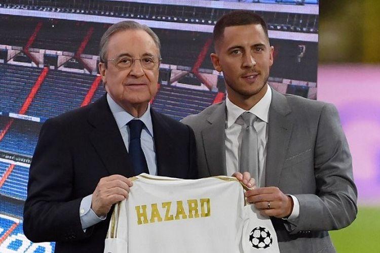 Pesepak bola Belgia Eden Hazard (kanan) dan Presiden Real Madrid Florentino Perez memegang jersey baru gelandang tersebut selama presentasi resminya sebagai pemain baru klub Spanyol itu di Stadion Santiago Bernabeu, Madrid, pada 13 Juni 2019.