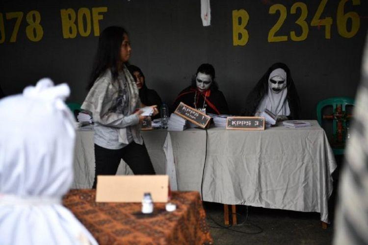 Panitia Tempat Pemungutan Suara (TPS) 073 yang berlokasi di Lebak Bulus, Jakarta Selatan, berdandan ala Valak hingga Vampir untuk menarik pemilih.
