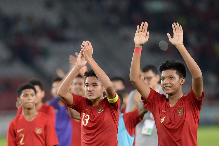 Pesepak bola Timnas U-16 Indonesia Marcell Januar Putra (kedua kanan) dan Kadek Arel Priyatna (kanan) melambaikan tangan pada pendukungnya usai melawan Timnas U-16 China pada laga kualifikasi Piala AFC U-16 2020 di Stadion Gelora Bung Karno (GBK) Senayan, Jakarta, Minggu (22/9/2019). Pertandingan berakhir imbang dengan skor 0-0.