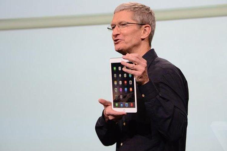 CEO Apple Tim Cook menunjukkan iPad Air 2 warna emas dalam acara di Cupertino, AS, Kamis (16/10/2014)