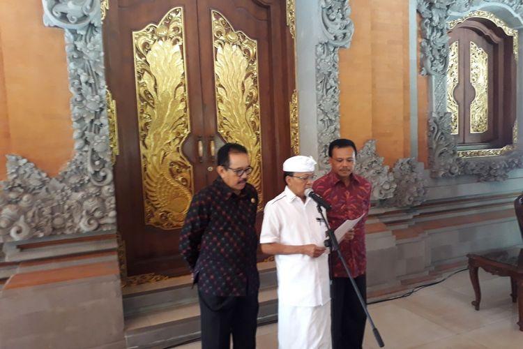 Gubernur Bali, I Wayan Koster (tengah).