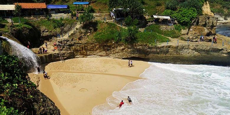Keunikan Pantai Banyu Tibo dengan Air Terjunnya di Tepi Laut