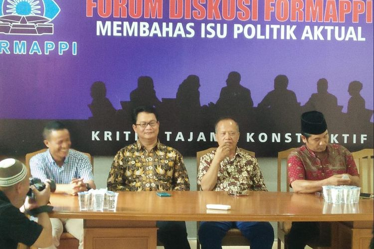 Direktur Eksekutif Formappi Made Leo Wiratma dalam Diskusi bertajuk Wajah Baru DPR: Antara Perppu dan Amendemen di kantor Formappi, Jakarta Timur, Senin (14/10/2019).