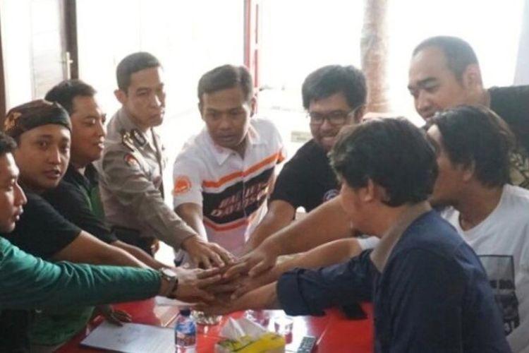 Pentolan Bonek dan perwakilan manajemen Persebaya saat menggelar diskusi di Polrestabes Surabaya. Jelang duel klasik Arema FC Vs Persebaya Surabaya di Stadion Kanjuruhan, Malang, Sabtu (6/10/2018), Bonek membuat surat pernyataan untuk tidak berangkat ke Malang.