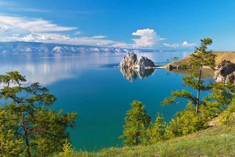 Danau Baikal, salah satu danau terdalam di dunia.