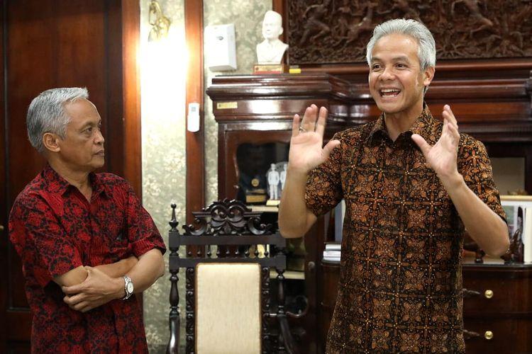 Gubernur Jawa Tengah Ganjar Pranowo menjelaskan tentang kritiknya tentang PPDB Online 2019 di ruang kerjanya di Semarang, Kamis (13/6/2019).