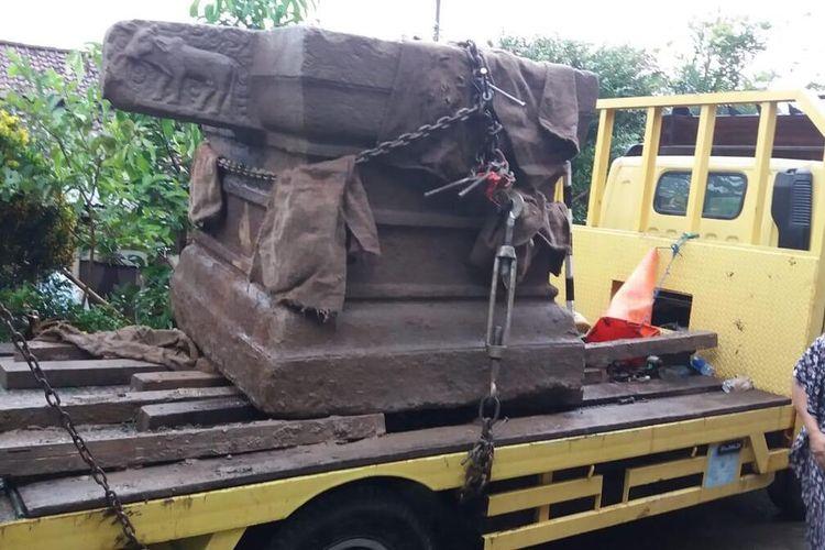 Proses pengangkatan benda purbakala Lingga-Yoni di Dusun Culengan, Desa Gondang, Kecamatan Mungkid, Kabupaten Magelang oleh petugas BPCB Jateng, Senin (5/4/2021)