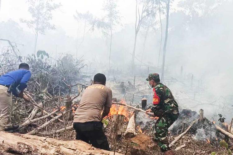 Petugas TNI, Polri dan Damkar tengah berjibaku memadamkan titik api karhutla di Desa Suka Maju, Kecamatan Rambah, Kabupaten Rohul, Riau, Rabu (19/8/2020).