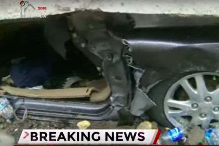 Kondisi mobil Honda Brio yang tertimbun longsor di underpass Jalan Perimeter Selatan, Bandara Soekarno-Hatta, Tangerang, Banten, Selasa (6/1/2018). Petugas berhasil mengevakuasi satu orang selamat, namun satu orang lagi meninggal dunia.