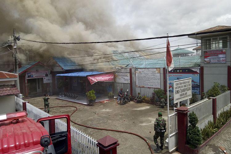 Petugas gabungan berusaha memadamkan api yang membakar gedung saat terjadi kerusuhan di Rumah Tahanan Negara (Rutan) Kelas II B Kabanjahe, Kabupaten Karo, Sumatera Utara, Rabu (12/2/2020). Menurut Kepala Bagian Humas Ditjen Pemasyarakatan Rika Aprianti, pemicu kerusuhan yang terjadi di rutan tersebut disebabkan adanya warga binaan pemasyarakatan yang tidak terima atas upaya pemberantasan narkoba di dalam rutan.