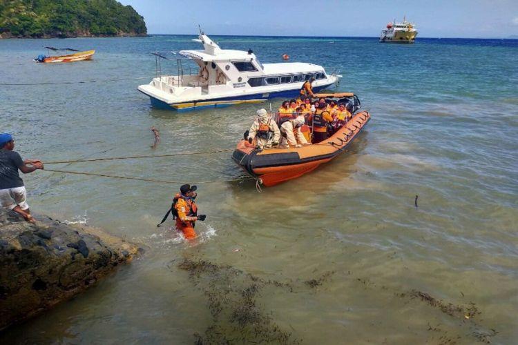 Tim SAR gabungan berhasil evakuasi penumpang kapal yang kandas