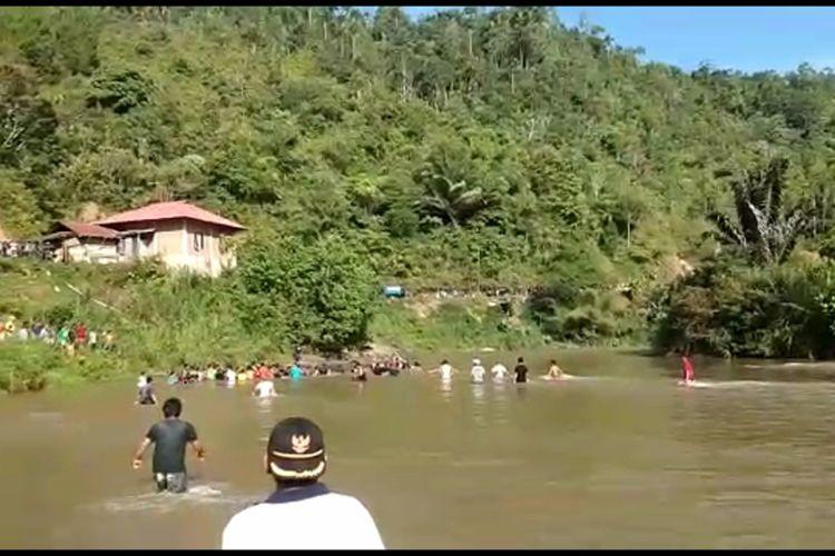 Avanza terjungkal ke sungai, 7 penumpang selamat dan 3 hilang terseret arus