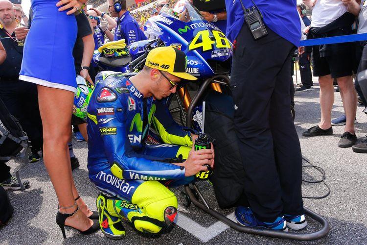 Pebalap Movistar Yamaha MotoGP asal Italia, Valentino Rossi, bersiap di grid sebelum balapan GP Italia di Sirkuit Mugello, Minggu (4/6/2017).