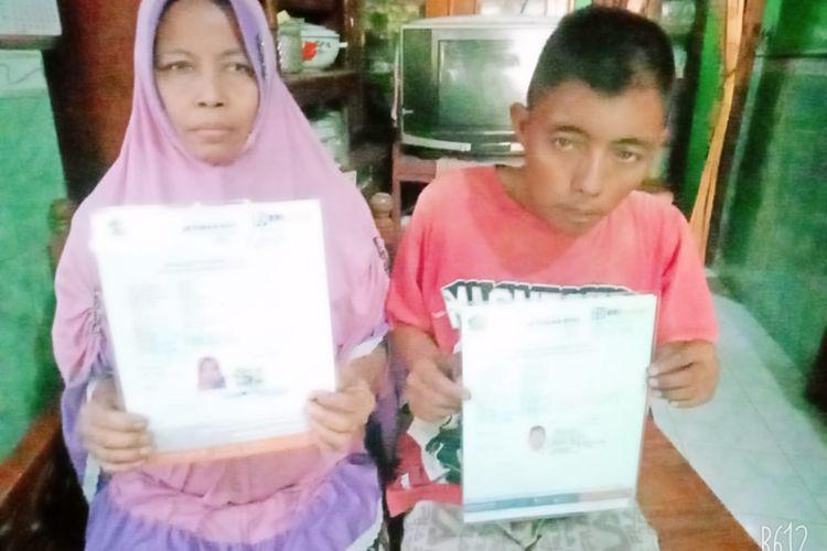 Slamer dan ibunya menunjukkan surat pendaftaran haji.