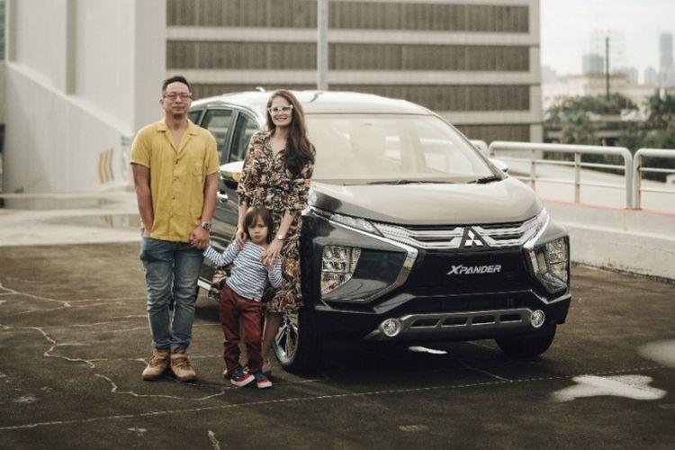 Ringgo Agus Rahman bersama keluarga dengan generasi terbaru Mitsubishi Xpander