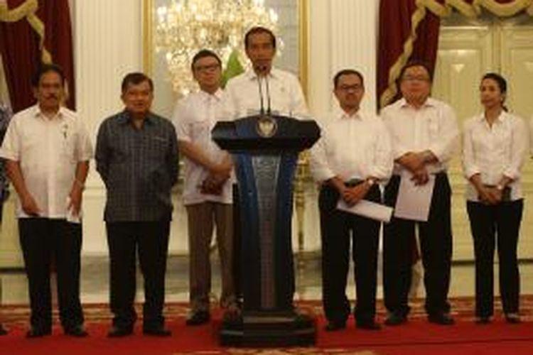 Presiden Joko Widodo didampingi Wakil Presiden Jusuf Kalla dan para menteri memberikan keterangan kepada wartawan terkait kenaikan bahan bakar minyak, di Istana Merdeka, Jakarta, Senin (17/11/2014). Mulai 18 November 2014 pukul 00.00, BBM jenis premium naik dari Rp 6.500 menjadi Rp 8.500, dan solar dari Rp 5.500 menjadi Rp 7.500.
