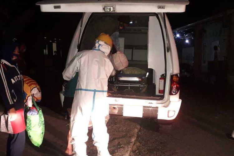 Evakuasi terhadap 33 orang yang positif Covid-19 di Desa Karangcegak, Kecamatan Sumbang, Kabupaten Banyumas, Jawa Tengah, Selasa (4/5/2011) malam.