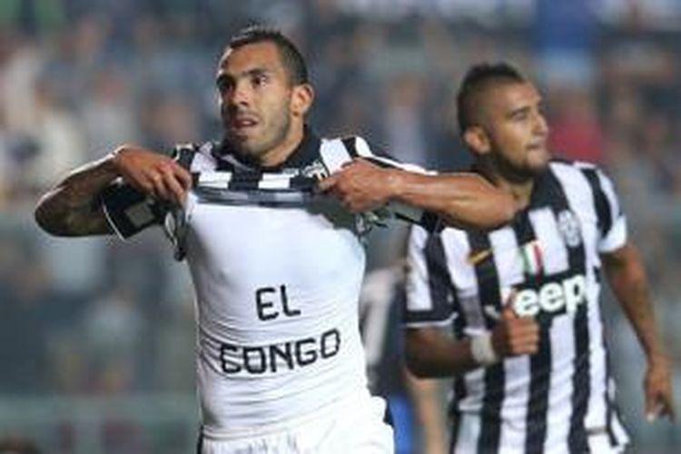 Striker Juventus, Carlos Tevez (kiri), merayakan gol ke gawang Atalanta pada laga Serie-A di Stadion Atleti Azzurri d'Italia, Bergamo, Sabtu (27/9/2014).