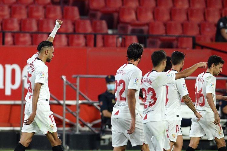 Penyerang asal Maroko, Youssef En-Nesyri (kiri), melakukan selebrasi setelah mencetak gol pada laga Sevilla vs Mallorca di Stadion Ramon Sanchez Pizjuan, Minggu (12/7/2020).