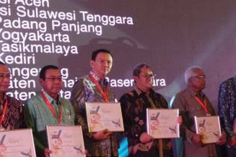 Gubernur DKI Jakarta Basuki Tjahaja Purnama dan Gubernur Jawa Barat Ahmad Heryawan, saat menerima National Prrocurement Awards 2015, di Balai Sudirman, Jakarta, Selasa (10/11/2015).