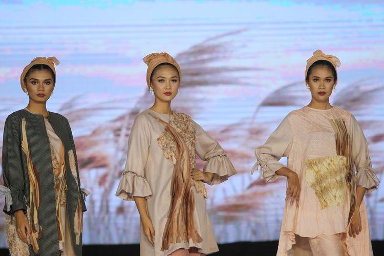 Karya designer Brilianto yang terinspirasi dari kebakaran hutan bertajuk Memboemi dalam peragaan busana di Palembang Fashion Week (PFW) 2020.