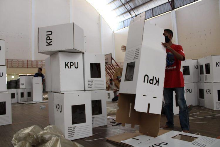 Petugas mulai merakit kotak suara untuk Pilkada Kabupaten Semarang