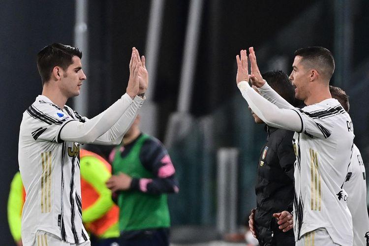 Penyerang Juventus Alvaro Morata (kiri) berjabat tangan dengan Cristiano Ronaldo saat meninggalkan lapangan dalam pertandingan Serie A Liga Italia antara Juventus vs Lazio di Stadion Juventus di Turin, Italia, pada 6 Maret 2021.