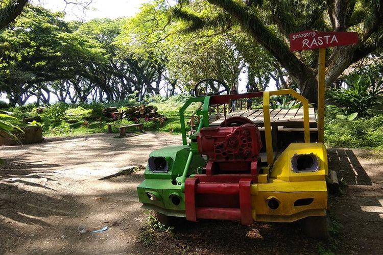 Truk untuk berswafoto di Hutan De Jawatan yang terletak di Desa Benculuk, Kecamatan Cluring, Kabupaten Banyuwangi, Jawa Timur atau sekitar 45 kilometer dari pusat kota Banyuwangi.