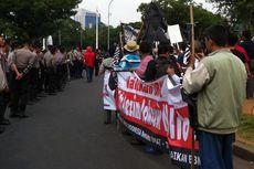 Massa Demo Bergeser, Lalu Lintas Jalan Medan Merdeka Barat Tersendat
