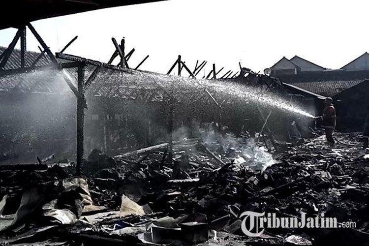 Petugas kebakaran melakukan pembasahan di Pasar Campurdarat, Tulungagung, yang terbakar pada Rabu (17/3/2021) dini hari.