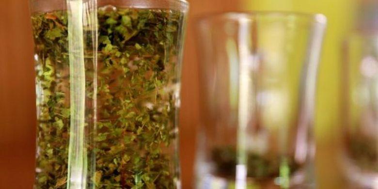 Kratom dikonsumsi dalam bentuk teh di Kalimantan Barat. Sedang untuk diekspor, kratom diolah lagi menjadi bubuk.
