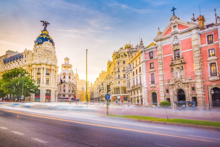 Downtown Madrid, Spanyol. Tempat di mana the Calle de Alcala bertemu the Gran Via. Kawasan ini salah satu spot terkenal di Madrid.