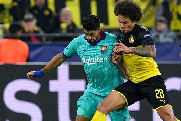 Axel Witsel menjaga ketat Luis Suarez pada pertandingan Borussia Dortmund vs Barcelona dalam laga Liga Champions di Signal Iduna Park, 17 September 2019.
