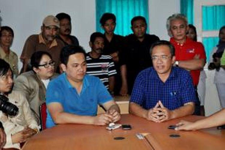 Calon Bupati dan Wakil Bupati Kolaka, Sulawesi Tenggara, Farhat Abbas dan Sabaruddin Labamba menjalani tes kesehatan dan psikotes di Rumah Sakit Benyamin Guluh, Kolaka, Rabu (21/8/2013).