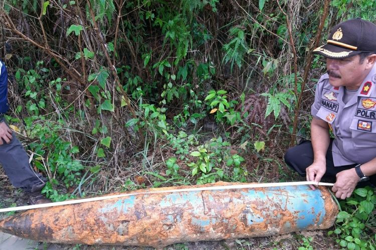 Kapolsek Tenayan Raya Kompol Hanafi melakukan pengukuran terhadap mortir yang ditemukan warga disebuah lahan perkebunan kelapa sawit di Jalan Badak, Kecamatan Tenayan Raya, Pekanbaru, Riau, Kamis (12/3/2020).
