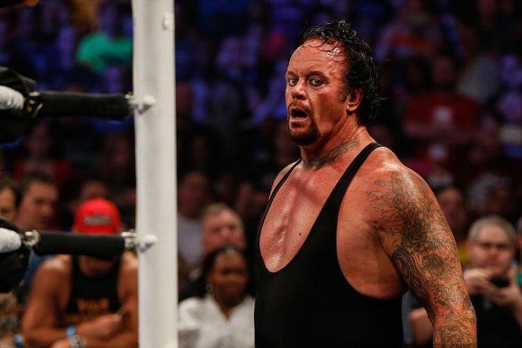 Pegulat WWE Smackdown, The Undertaker, saat menghadapi Brock Lesnar pada 2015.