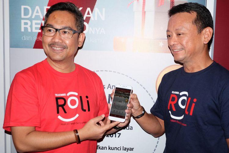 VP Digital Advertising & Analytics Telkomsel Harris Wijaya (kiri) menunjukkan aplikasi Telkomsel Roli ke awak media di Jakarta, Selasa (19/9/2017).