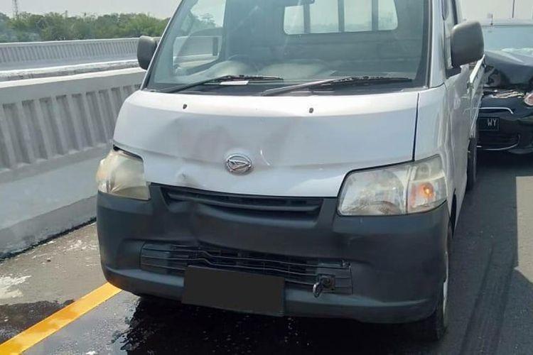 tampak badan mobil terlihat penyok setelah terlibat kecelakaan beruntun di Tol Japek.