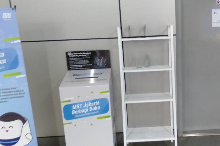 Rak buku di stasiun MRT Lebak Bulus, Jakarta Selatan, yang masih kosong setelah diluncurkan, Senin (9/9/2019).